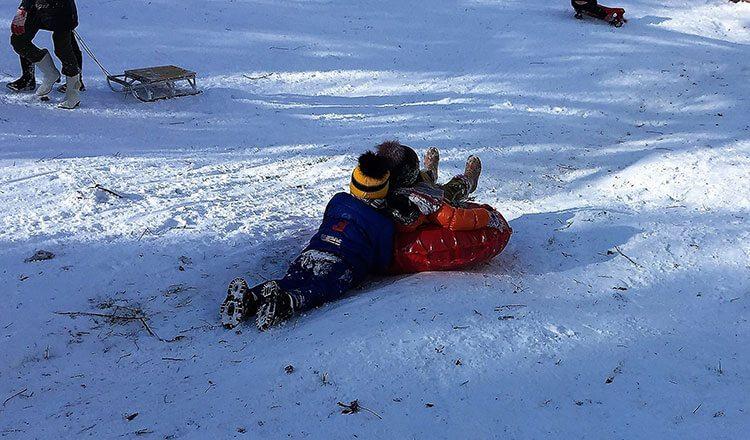 Дети катаются на снегу в Сочи