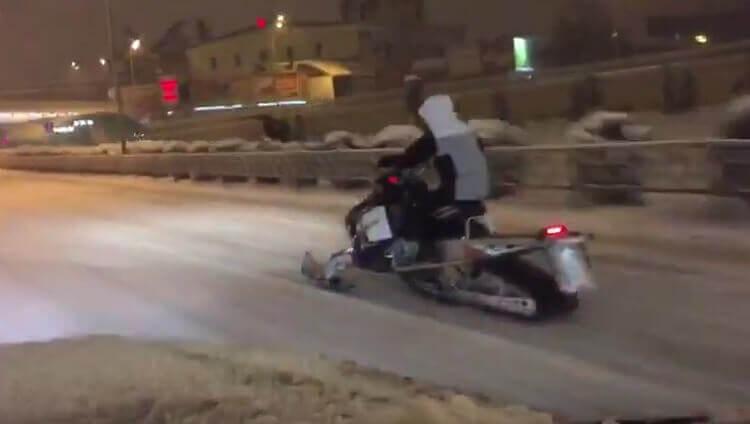 Снегоход на улицах Сочи