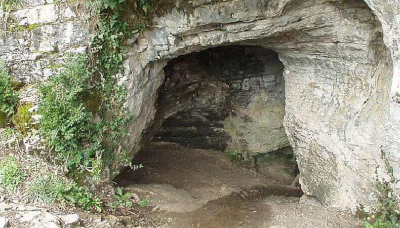 Тигровая пещера образована своеобразными полосатыми слоистыми известняками