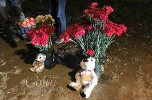 На место трагического ДТП люди приносят цветы, мягкие игрушки и зажигают свечи