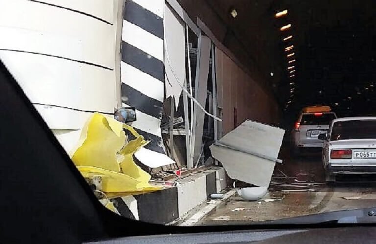 РЕД такси на полном ходу влетел в бетонное ограждение на въезде в Хостинский туннель