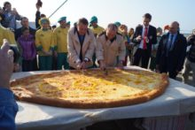Мэр Сочи разрезает хачапури