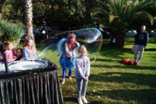 Ребенок в мыльном пузыре