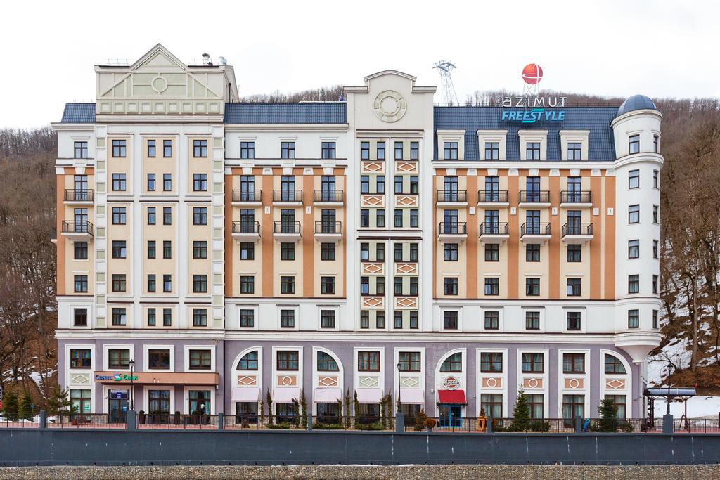 Вид на отель Азимут Фристайл