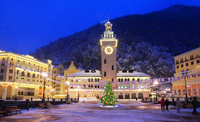 Новогоднее фото башни с часами на курорте Роза Хутор