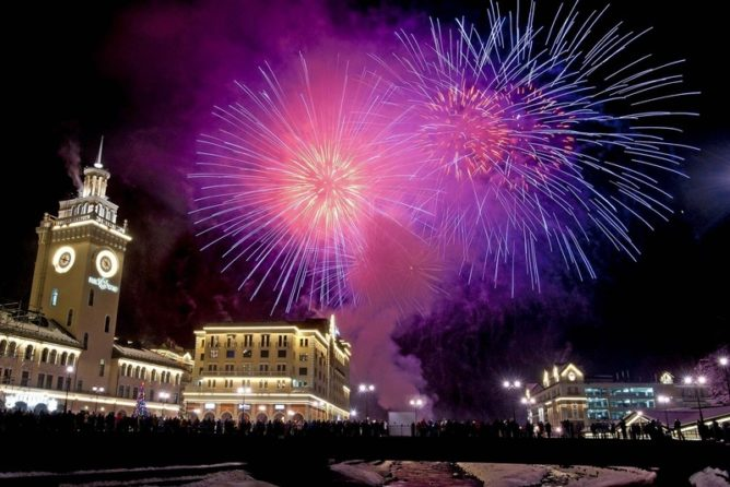 Новогодний салют на курорте Роза Хутор