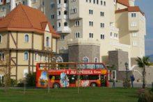 Автобус Матрешка возле отеля Богатырь