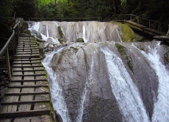 деревянные лестницы по обе стороны водопадов