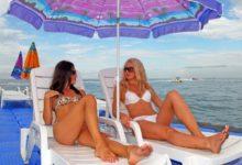 Две девушки на пляже в Сочи