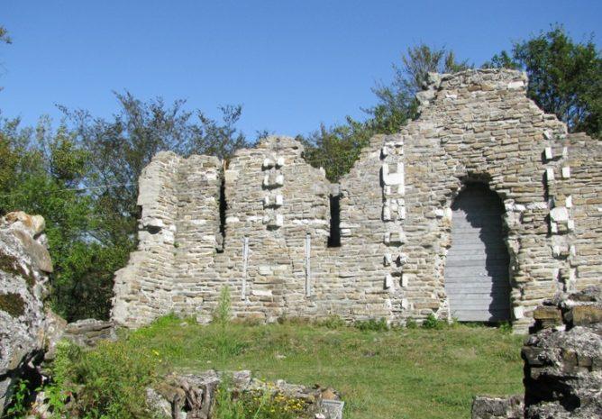 Развалины древнего Византийского храма в Лоо