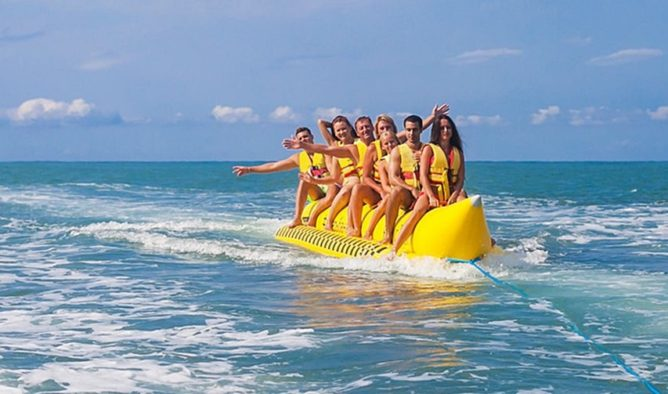Веселая компания на банане в Сочи
