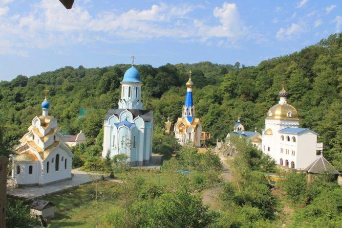 вид на все строения монастыря