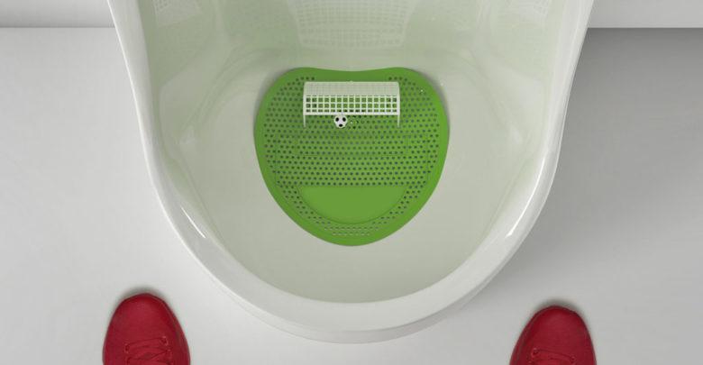 футбольных болельщиков завлекают туалетными мини-играми