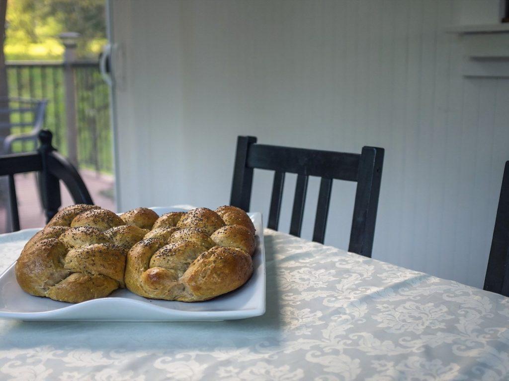 Почему нельзя выбрасывать хлеб: суеверие или традиция?