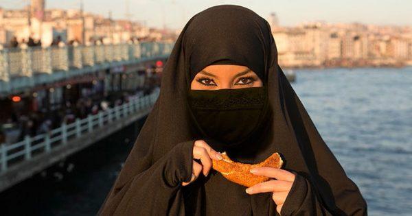 Как мусульманки едят в парандже
