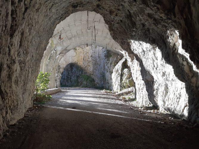 Туннели в скалах